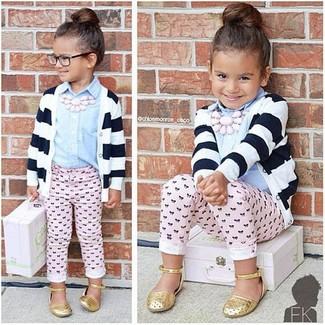 Comment porter: cardigan à rayures horizontales blanc et noir, chemise de ville bleu clair, pantalon rose, ballerines dorées