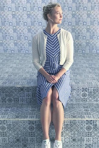 Comment porter: cardigan blanc, robe midi à rayures verticales bleue, baskets basses blanches