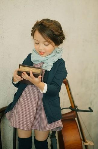 Comment porter: cardigan bleu canard, robe bordeaux, écharpe vert menthe, chaussettes noires