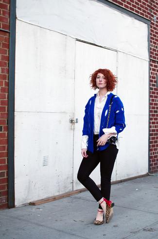 Comment porter: cardigan en tricot bleu, chemise de ville blanche, jean skinny noir, ballerines imprimées léopard marron clair