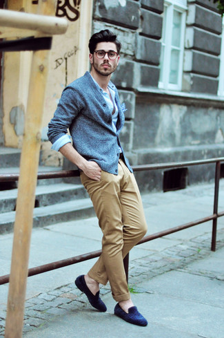 Comment porter: cardigan bleu clair, chemise à manches longues bleu clair, pantalon chino marron clair, slippers en daim bleu marine