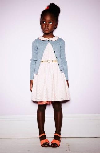 Comment porter: cardigan bleu clair, robe en dentelle blanche, sandales orange