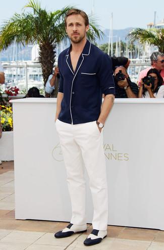 Tenue de Ryan Gosling: Cardigan bleu marine, Pantalon de costume blanc, Chaussures richelieu en cuir blanches et noires, Montre en cuir marron