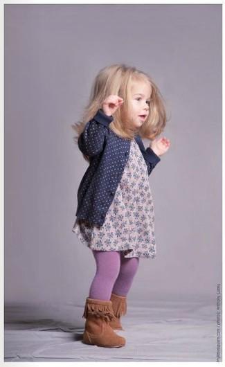 Comment porter: cardigan bleu marine, robe à fleurs rose, bottes tabac, collants violet clair