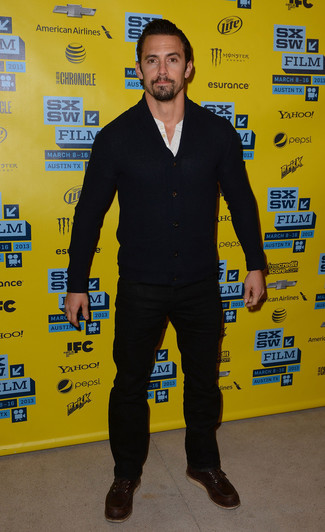 Associer un cardigan bleu marine avec un jean noir est une option confortable pour faire des courses en ville. D'une humeur créatrice? Assortis ta tenue avec une paire de des bottes de travail en cuir brunes foncées.