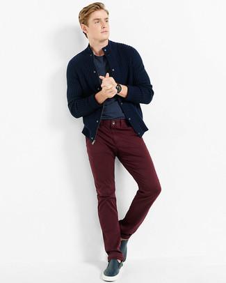 Comment porter: cardigan en tricot bleu marine, t-shirt à col rond bleu marine, pantalon chino bordeaux, baskets à enfiler en cuir bleu marine