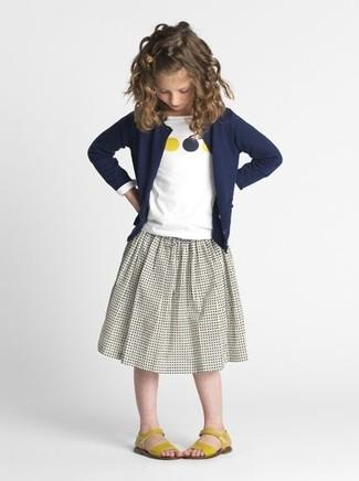 Comment porter: cardigan bleu marine, t-shirt à manche longue imprimé blanc, jupe grise, sandales jaunes