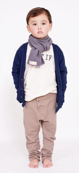 Comment porter: cardigan bleu marine, t-shirt à manche longue blanc, pantalon de jogging beige, écharpe grise