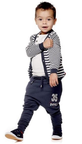 Comment porter: cardigan à rayures horizontales bleu marine, t-shirt blanc, pantalon de jogging bleu marine, baskets noires
