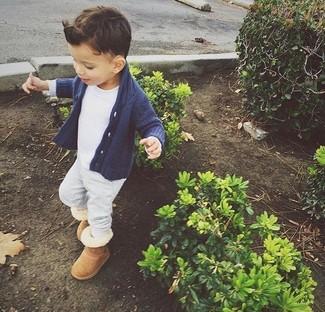 Comment porter: cardigan bleu marine, t-shirt blanc, pantalon de jogging gris, bottes ugg marron clair