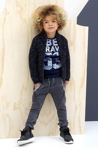 Comment porter: cardigan bleu marine, t-shirt imprimé bleu marine, pantalon de jogging gris foncé, baskets gris foncé