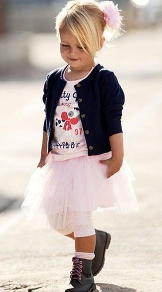 Comment porter: cardigan bleu marine, t-shirt imprimé rose, jupe rose, bottes noires