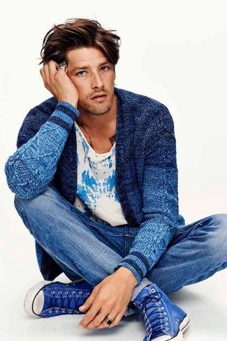 Comment porter: cardigan en tricot bleu, t-shirt à col rond imprimé blanc et bleu, jean bleu, baskets montantes bleues