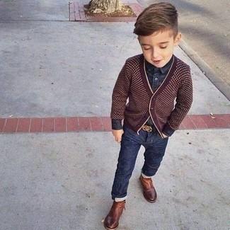 Comment porter: cardigan bordeaux, chemise à manches longues en denim bleu marine, jean bleu marine, bottes marron