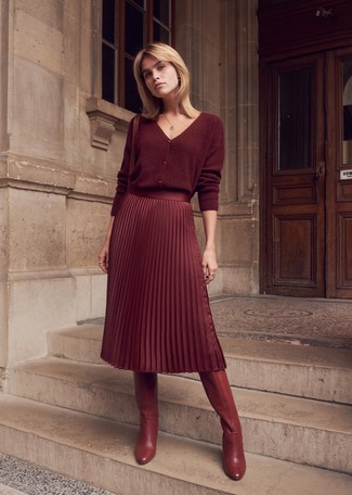 Comment porter: cardigan bordeaux, jupe mi-longue plissée bordeaux, bottes hauteur genou en cuir bordeaux, sac bandoulière en cuir bordeaux