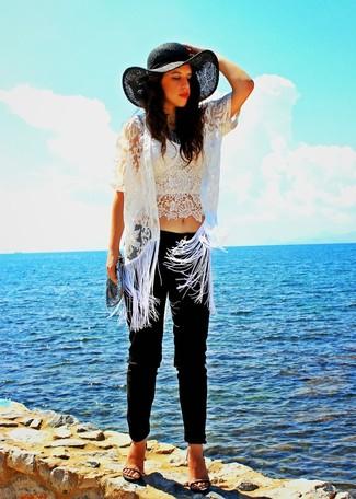 Comment porter: cardigan en dentelle blanc, bustier en dentelle blanc, pantalon slim noir, sandales à talons en cuir grises