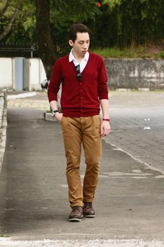 Comment porter: cardigan bordeaux, chemise à manches courtes blanche, pantalon chino tabac, bottes brogue en cuir marron foncé