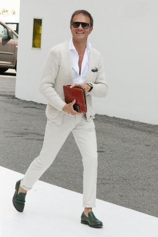 Comment s'habiller après 40 ans: Marie un cardigan beige avec un pantalon chino beige pour une tenue idéale le week-end. Termine ce look avec une paire de des slippers en cuir vert foncé pour afficher ton expertise vestimentaire.