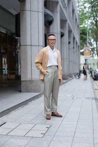 Comment porter un cardigan marron clair: Pense à porter un cardigan marron clair et un pantalon de costume gris pour un look classique et élégant. Assortis ce look avec une paire de des slippers en daim marron.