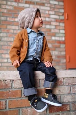Comment porter: cardigan orange, chemise à manches longues en denim bleu clair, jean bleu marine, baskets gris foncé