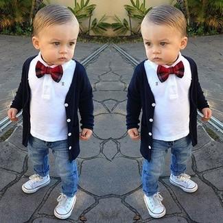 Comment porter: cardigan bleu marine, chemise à manches longues blanche, jean bleu, baskets blanches