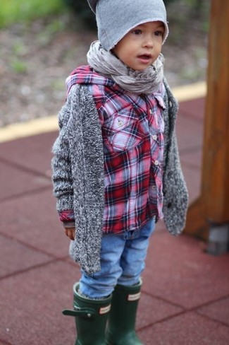 Comment porter: cardigan gris, chemise à manches longues écossaise rouge, jean bleu, bottes de pluie vert foncé