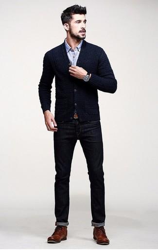 Les journées chargées nécessitent une tenue simple mais stylée, comme un cardigan bleu marine et un jean bleu marine. Jouez la carte classique pour les chaussures et termine ce look avec une paire de des bottes de loisirs en cuir brunes.
