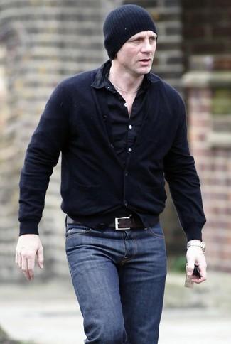 Tenue de Daniel Craig: Cardigan noir, Chemise à manches longues noire, Jean bleu marine, Bonnet noir