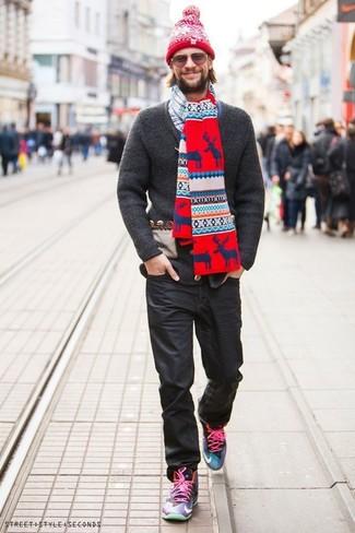 Comment porter: cardigan en tricot gris foncé, chemise à manches longues écossaise blanc et bleu marine, jean noir, baskets montantes multicolores