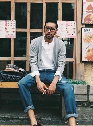 Comment porter un cardigan gris: Associe un cardigan gris avec un jean déchiré bleu pour un look confortable et décontracté. D'une humeur audacieuse? Complète ta tenue avec une paire de des slippers en cuir noirs.