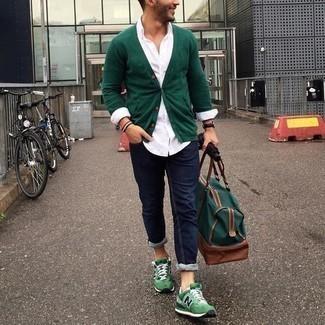 Comment porter un cardigan vert foncé: Pense à marier un cardigan vert foncé avec un jean bleu marine pour un déjeuner le dimanche entre amis. Pour les chaussures, fais un choix décontracté avec une paire de chaussures de sport vertes.
