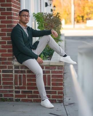 Comment porter un cardigan vert foncé: Associe un cardigan vert foncé avec un jean gris pour affronter sans effort les défis que la journée te réserve. Si tu veux éviter un look trop formel, fais d'une paire de baskets basses en cuir blanches ton choix de souliers.