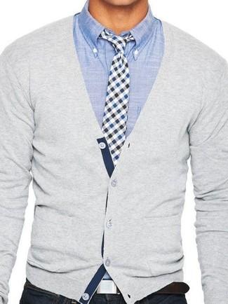 Comment porter: cardigan gris, chemise à manches longues en chambray bleu clair, jean skinny noir, cravate en vichy blanc et bleu marine