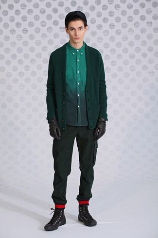 Comment porter: cardigan vert foncé, chemise à manches longues vert foncé, pantalon cargo vert foncé, baskets montantes en cuir marron foncé
