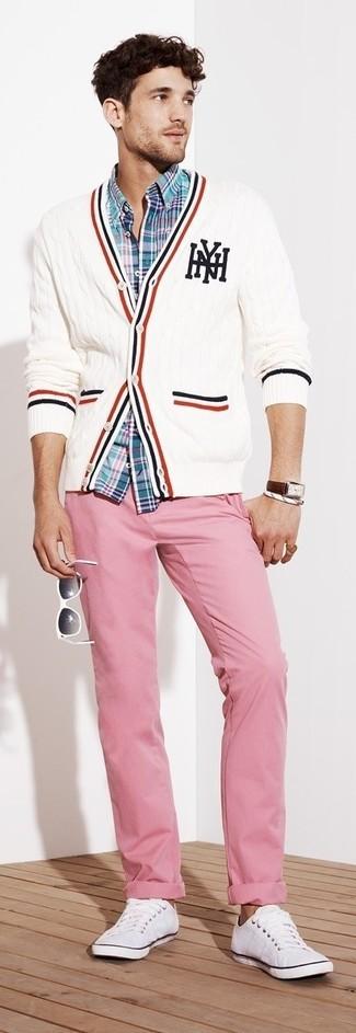 Comment porter: cardigan en tricot blanc, chemise à manches longues écossaise turquoise, pantalon chino rose, baskets basses blanches