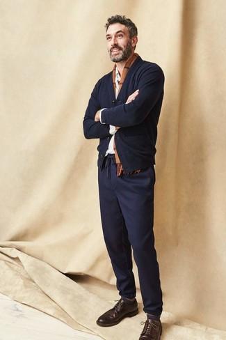 Comment porter: cardigan noir, chemise à manches longues blanche, pantalon chino bleu marine, chaussures brogues en cuir marron foncé