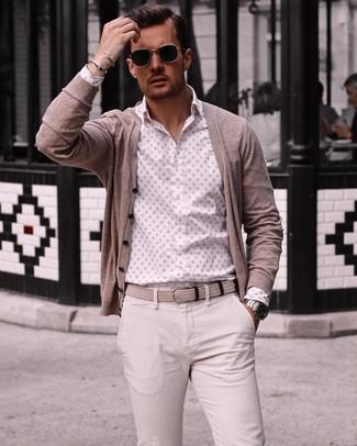 Comment porter: cardigan beige, chemise à manches longues imprimée blanche, pantalon chino beige, ceinture en toile tressée beige