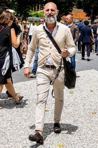 Comment porter une besace en toile noire: Marie un cardigan beige avec une besace en toile noire pour un look idéal le week-end. Une paire de des chaussures derby en daim marron foncé ajoutera de l'élégance à un look simple.