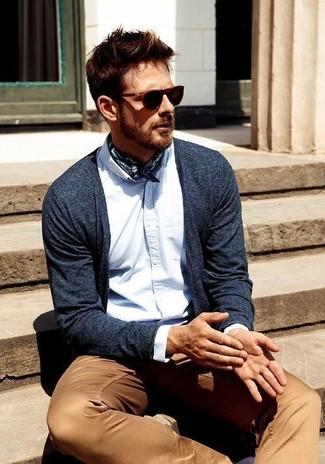Comment porter: cardigan bleu marine, chemise à manches longues bleu clair, pantalon chino marron clair, écharpe en soie imprimée bleu marine