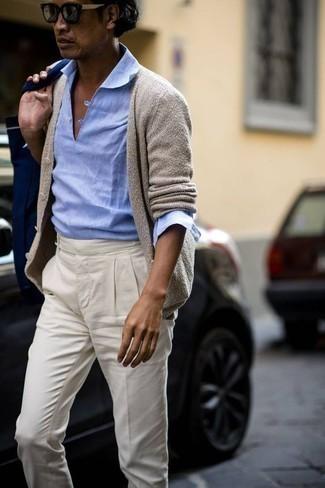 Comment porter un sac fourre-tout en toile bleu marine: Un cardigan beige et un sac fourre-tout en toile bleu marine sont une tenue géniale à avoir dans ton arsenal.