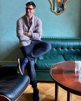 Comment porter une chemise à manches longues bleu clair: Marie une chemise à manches longues bleu clair avec un pantalon chino en laine bleu marine pour un déjeuner le dimanche entre amis. Cette tenue se complète parfaitement avec une paire de bottines chukka en daim bleu marine.