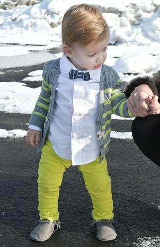 Comment porter: cardigan gris, chemise à manches longues blanche, pantalon jaune, bottes grises