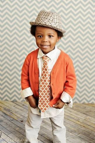 Comment porter: cardigan orange, chemise à manches longues à rayures verticales blanche, pantalon beige, chapeau marron clair