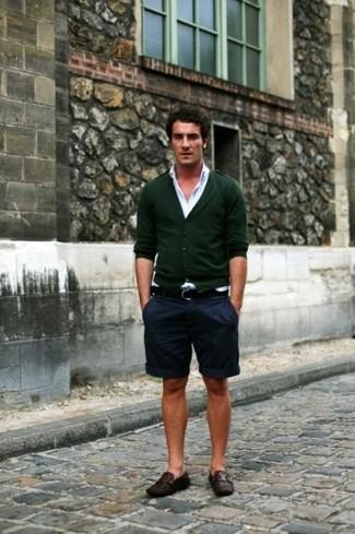 Comment porter: cardigan vert foncé, chemise à manches longues blanche, short bleu marine, slippers en cuir marron foncé