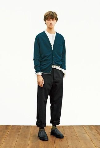 Comment porter des slippers en cuir noirs: Pense à harmoniser un cardigan bleu canard avec un pantalon chino en laine gris foncé pour obtenir un look relax mais stylé. Jouez la carte classique pour les chaussures et termine ce look avec une paire de slippers en cuir noirs.