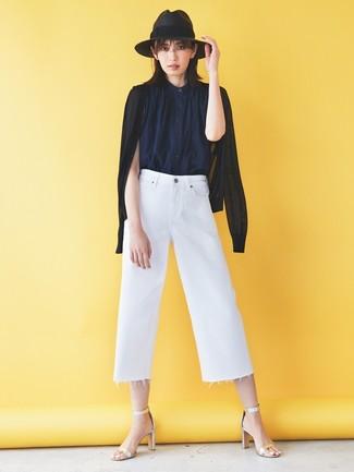 Comment porter: cardigan noir, chemise boutonnée sans manches bleu marine, jupe-culotte en denim blanche, sandales à talons en cuir argentées