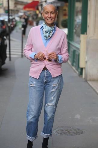 Tendances mode femmes: Choisis un cardigan rose et un jean boyfriend déchiré bleu clair pour une tenue relax mais stylée. Cette tenue se complète parfaitement avec une paire de des bottines élastiques noires.