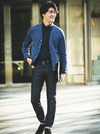 Comment porter: cardigan bleu, chemise de ville bleu marine, jean bleu marine, bottines chukka en daim noires