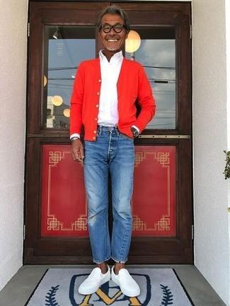 Comment porter: cardigan rouge, chemise de ville blanche, jean bleu, baskets à enfiler en cuir blanches
