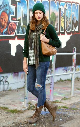 Pense à porter un cardigan vert foncé et un jean skinny déchiré bleu pour une tenue confortable aussi composée avec goût. Jouez la carte décontractée pour les chaussures et opte pour une paire de des bottines plates à lacets en cuir marron.